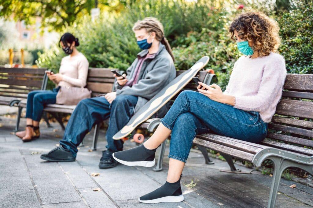 jóvenes consumiendo vídeo en redes sociales