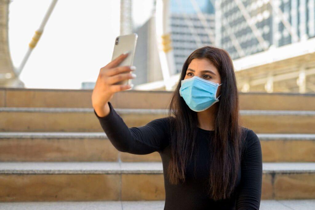 foto mujer haciendo un vídeo directo
